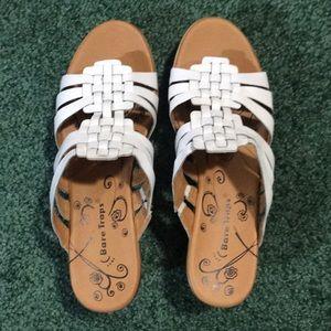 Bare Traps woman's white leather sandals. Sz 8.